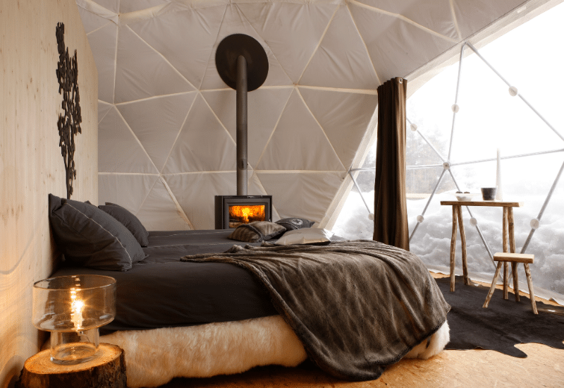 insolite dormir dans un igloo de luxe au dessus du lac l man alti mag. Black Bedroom Furniture Sets. Home Design Ideas